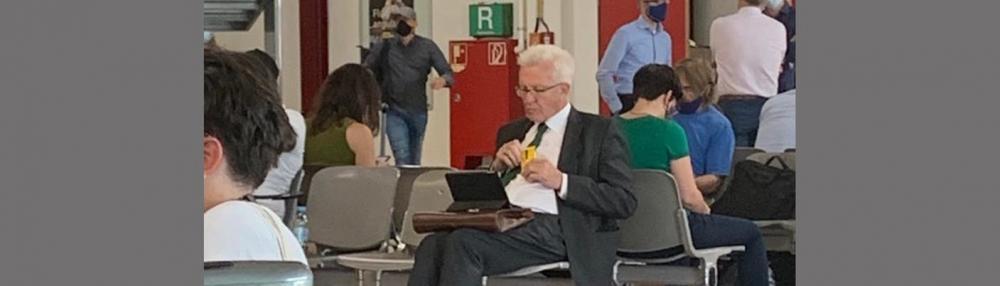 Kretschmann ohne Maske am Flughafen Tegel SWR Bild.jpg